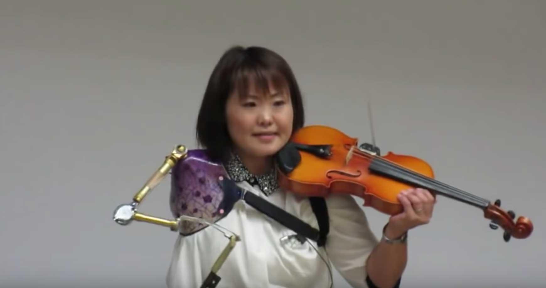 صورة فتاة لا تعرف المستحيل | يابانية تبدع في عزف الكمان بذراع اصطناعية